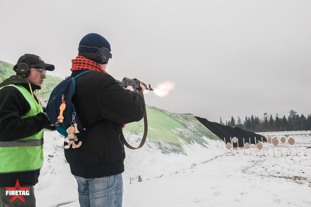 Школьник-юнармеец стреляет из АК