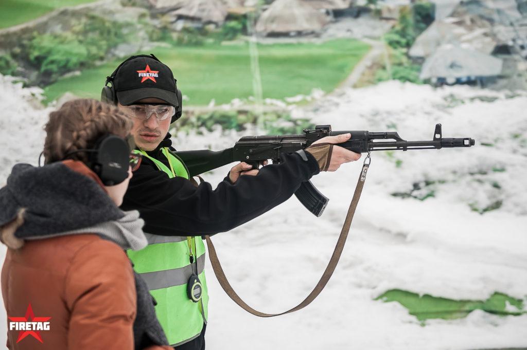 Инструктаж перед стрельбой юнармейца