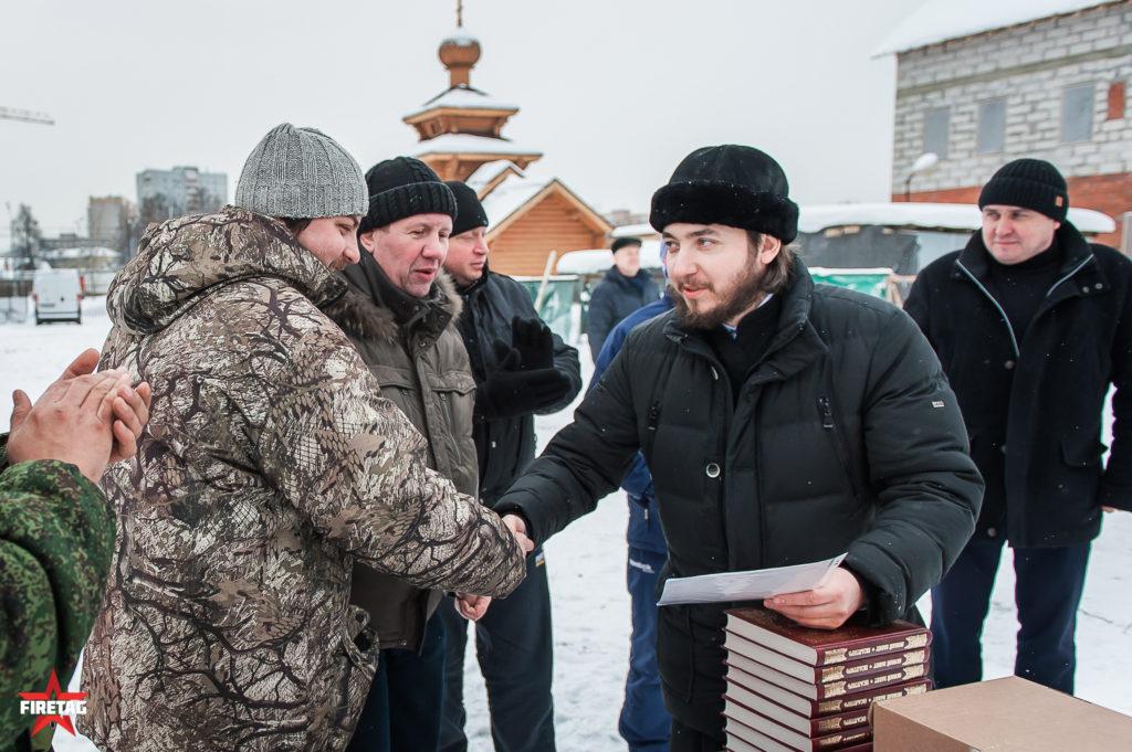 иерей Сычев Илья Анатольевич награждает сотрудника Фаертага