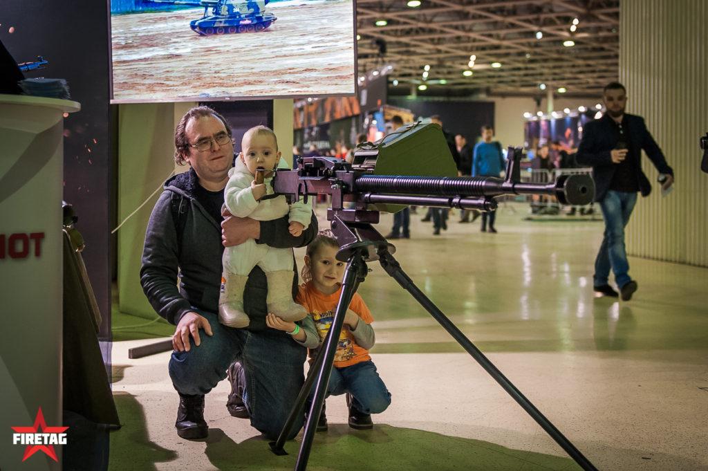 Крупнокалиберный пулемет ДШК привлекает детей