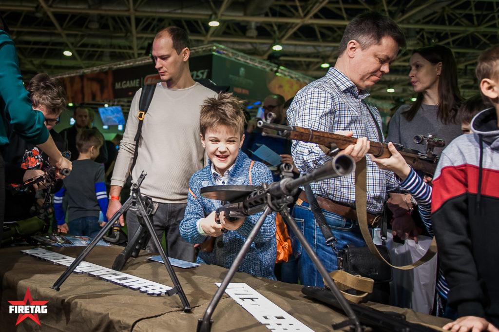 Ребенок счастлив подержать в руках пулемет