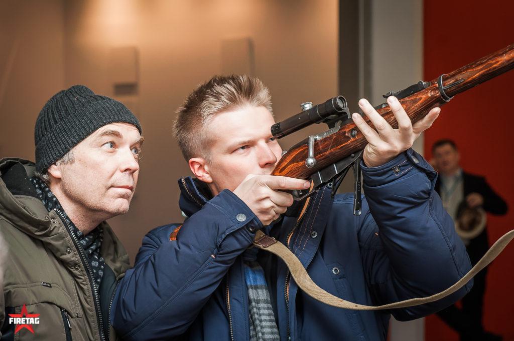 Посетители выставки Выстрел рассматривают снайперскую винтовку Мосина