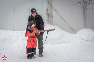 Ребенок стреляет из охолощенного карабина Мосина