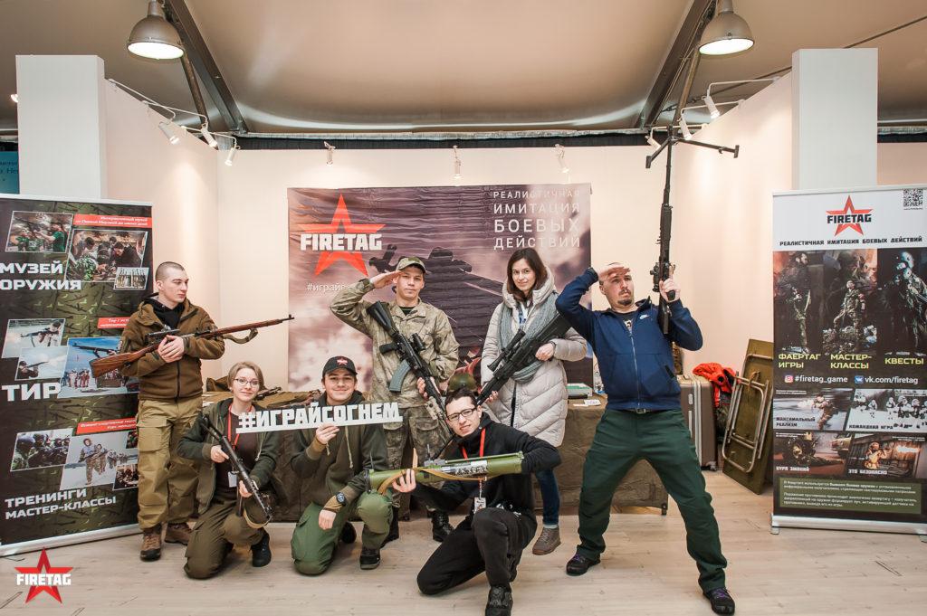 Посетители выставки Выстрел на стенде компании Фаертаг