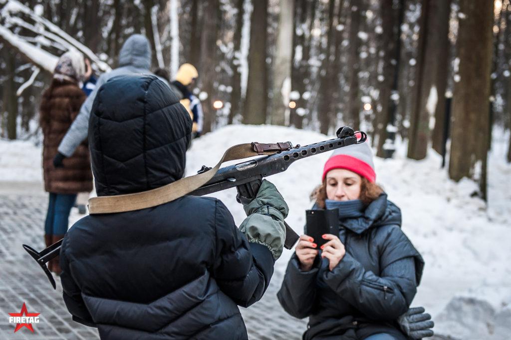 мама фотографирует ребенка в парке Фили