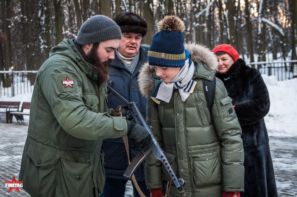 сотрудник Фаертаг показывает как работает пистолет-пулемет