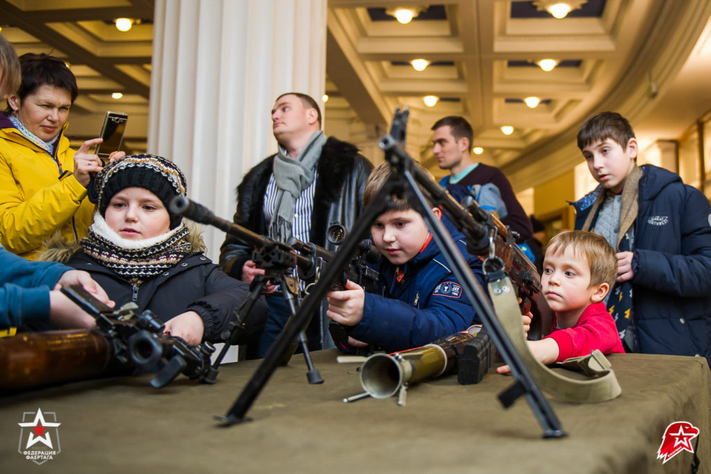 Дети на выездном Музее оружия в Москве