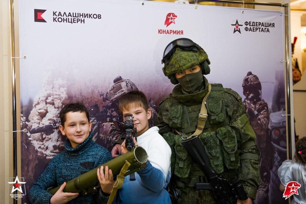 Дети и аниматор в экипировке Ратник