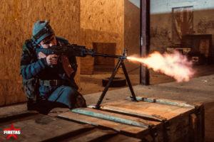 Студент МЭИ стреляет на CQB арене во время фаертаг игры