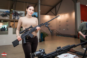 Посетительница выставки позирует со снайперским фаертаг-РПК