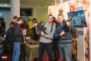 Посетители WG FEST 2018 позируют с оружием