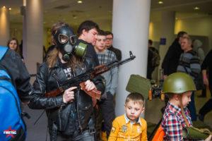 противогаз и АК-47