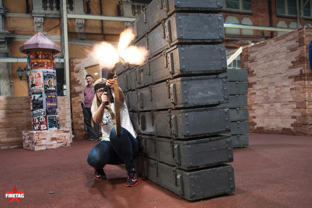 девушка стреляет из ак-47
